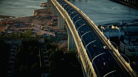 Tráfico de coche en el puente de la carretera sobre bahía del mar en la opinión aérea de la ciudad moderna metrajes