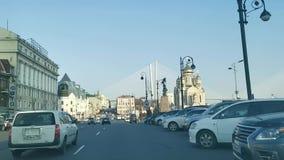 Tráfico de coche en la calle central de la ciudad