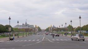 Tráfico de coche en la calle de París Visión con Palais magnífico y Pont Alejandro III metrajes