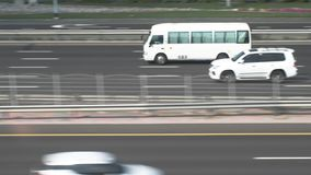 Tráfico de coche en la carretera Dubai, United Arab Emirates almacen de video