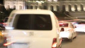 Tráfico de coche en las calles de la noche de la ciudad de Moscú metrajes