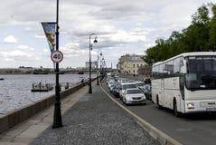Tráfico de coche en los embankmen Imagen de archivo