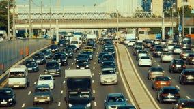 Tráfico de coche enorme en un movimiento del timelapse de la carretera de la ciudad almacen de metraje de vídeo