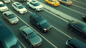 Tráfico de coche enorme en un movimiento del timelapse de la carretera de la ciudad almacen de video