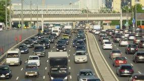 Tráfico de coche enorme en un movimiento del timelapse de la carretera de la ciudad metrajes