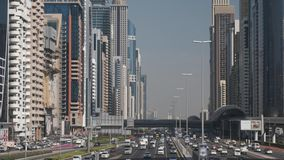 Tráfico de coche intensivo en la carretera principal de Dubai Sheikh Zayed almacen de metraje de vídeo