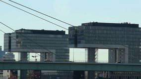 Tráfico de coche de la ciudad de los centros de negocios, puente ocupado de la vida de la megalópoli almacen de video