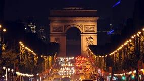 Tráfico de coche de la noche en el Champs-Elysees metrajes