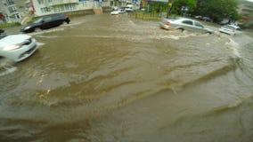Tráfico de coche lento en aguas profundas en camino de ciudad metrajes