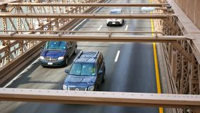 Tráfico de coches del puente de Brooklyn en el New York City metrajes