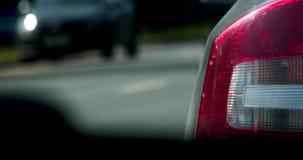 Tráfico de coches en el vídeo 4k del primer de la ciudad almacen de metraje de vídeo