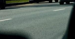 Tráfico de coches en el vídeo 4k del primer de la ciudad almacen de video