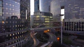 Tráfico de coches de los edificios y de la calle del negocio del timelapse de la tarde almacen de metraje de vídeo
