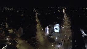 Tráfico de coches video del abejón de la rejilla de la ciudad de la noche 4K almacen de metraje de vídeo