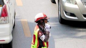 tráfico de dirección del poli de tráfico en el camino almacen de video