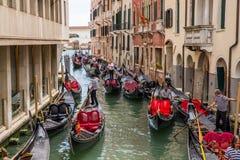 Tráfico de góndolas en Venecia, Italia Foto de archivo
