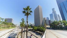 Tráfico de la autopista sin peaje del timelapse del movimiento en Los Ángeles céntrico almacen de metraje de vídeo