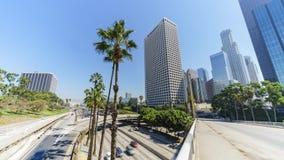 Tráfico de la autopista sin peaje del timelapse del movimiento en Los Ángeles céntrico almacen de video