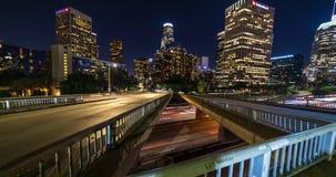 Tráfico de la autopista sin peaje en el timelapse céntrico de Los Ángeles metrajes
