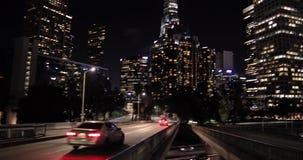 Tráfico de la autopista sin peaje en Los Ángeles céntrico almacen de metraje de vídeo