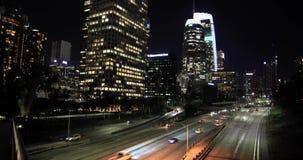 Tráfico de la autopista sin peaje en Los Ángeles céntrico almacen de video