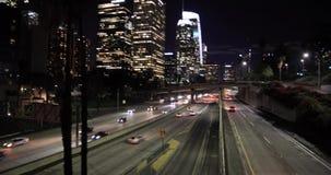 Tráfico de la autopista sin peaje en Los Ángeles céntrico metrajes