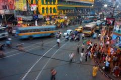 Tráfico de la calle borroso en el movimiento en la tarde imágenes de archivo libres de regalías