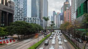 Tráfico de la calle con los rascacielos en Hong Kong en el time lapse del día Cacerola para arriba almacen de video