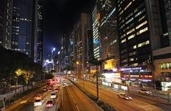 Tráfico de la calle de Hong Kong por noche Fotos de archivo libres de regalías