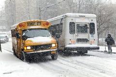Tráfico de la calle durante tormenta de la nieve en Nueva York Imagen de archivo libre de regalías
