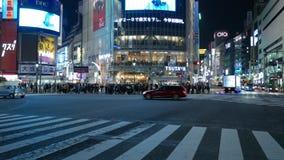 Tráfico de la calle en la travesía diagonal famosa de Shibuya, Tokio, Japón almacen de metraje de vídeo