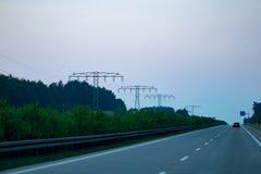 Tráfico de la carretera en puesta del sol con los coches y los camiones Fotografía de archivo libre de regalías