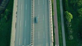 Tráfico de la carretera de la tarde almacen de video