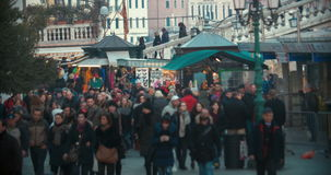 Tráfico de la gente en la calle veneciana, Italia almacen de metraje de vídeo