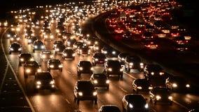 Tráfico de la hora punta de la tarde en autopista sin peaje ocupada en Los Ángeles metrajes