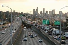 Tráfico de la hora punta en el horizonte de Seattle de la autopista sin peaje Imagen de archivo libre de regalías