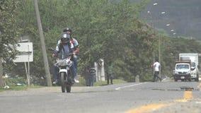Tráfico de la motocicleta en Colombia almacen de metraje de vídeo