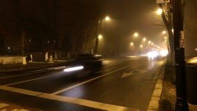 Tráfico de la noche con la niebla Fotografía de archivo libre de regalías