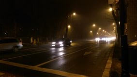 Tráfico de la noche con la niebla Fotos de archivo