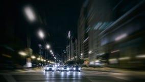 Tráfico de la noche de la ciudad en el movimiento Imágenes de archivo libres de regalías
