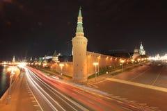 Tráfico de la noche de Moscú por la pared del Kremlin Fotos de archivo