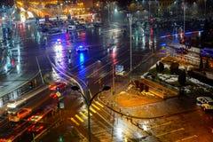 Tráfico de la noche del centro de ciudad, Bucarest, Rumania Imagenes de archivo
