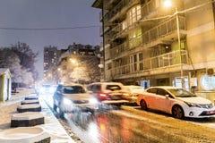 Tráfico de la noche del invierno en Sofía, Bulgaria Foto de archivo