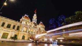 Tráfico de la noche delante ayuntamiento en Ho Chi Minh City Saigon almacen de video