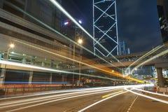 Tráfico de la noche en la ciudad de Hong Kong en la noche Imágenes de archivo libres de regalías