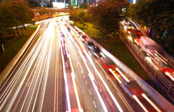 Tráfico de la noche en ciudad ocupada Foto de archivo