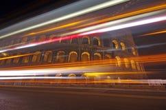 Tráfico de la noche en Colosseum Imagen de archivo