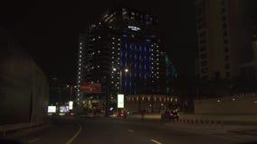 Tráfico de la noche en el camino en el vídeo de la cantidad de la acción de Jumeirah de la palma de las islas artificiales almacen de video