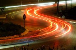 Tráfico de la noche en el cruce giratorio Foto de archivo libre de regalías