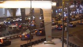 Tráfico de la noche en el empalme urbano de la calle y de camino almacen de metraje de vídeo
